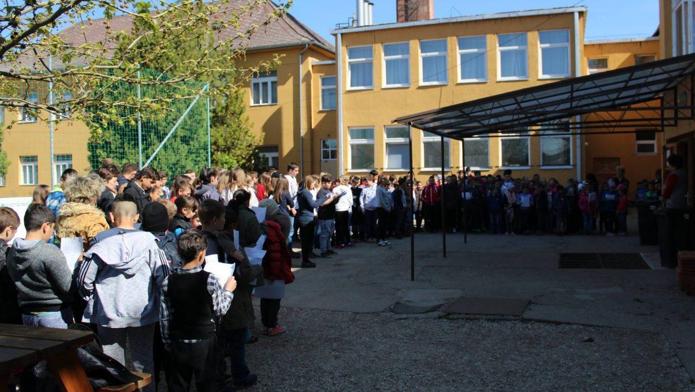 Énekel az iskola