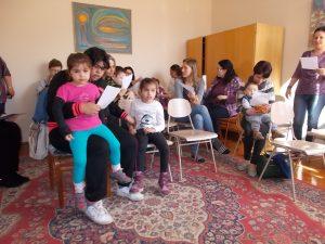 Közös éneklés A Mezőtúri Pedagógiai Szakszolgálatnál a Föld napján