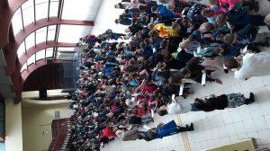 A Csurgói Eötvös József Általános Iskola diákjainak közös éneklése a Földért
